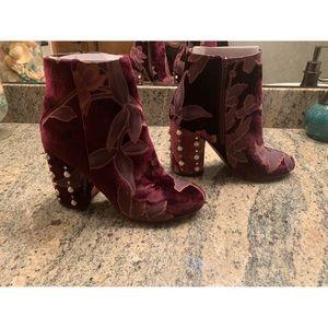 Gorgeous STEVEN MADDEN velvet booties! 😍😍